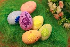 Decoratieve eieren op groene grasconcepten Pasen, eieren, gemaakte hand -, gras Royalty-vrije Stock Afbeelding