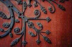 Decoratieve elementen antieke houten deur Artistiek smeedstuk Royalty-vrije Stock Fotografie
