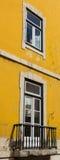 Decoratieve elementen bij een huisvenster in Cascais, Portugal stock foto's