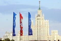 Decoratieve elementen met de symbolen van de Wereldbeker 2018 op de achtergrond van één van het langste gebouw Royalty-vrije Stock Fotografie