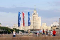 Decoratieve elementen met de symbolen van de Wereldbeker 2018 op de achtergrond van één van het langste gebouw Royalty-vrije Stock Afbeelding
