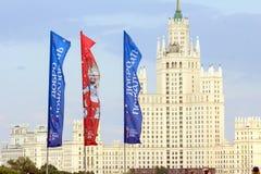 Decoratieve elementen met de symbolen van de Wereldbeker 2018 op de achtergrond van één van het langste gebouw Stock Foto's