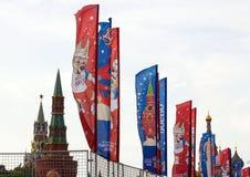 Decoratieve elementen met de symbolen van de Wereldbeker 2018 op de achtergrond van de torens van het Kremlin Royalty-vrije Stock Afbeelding