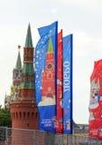 Decoratieve elementen met de symbolen van de Wereldbeker 2018 op de achtergrond van de torens van het Kremlin Stock Afbeeldingen