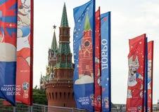 Decoratieve elementen met de symbolen van de Wereldbeker 2018 op de achtergrond van de torens van het Kremlin Stock Afbeelding