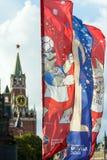 Decoratieve elementen met de symbolen van de Wereldbeker 2018 op de achtergrond van de torens van het Kremlin Stock Foto