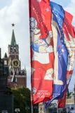 Decoratieve elementen met de symbolen van de Wereldbeker 2018 op de achtergrond van de torens van het Kremlin Stock Foto's