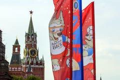 Decoratieve elementen met de symbolen van de Wereldbeker op de brug Feestelijke cityscape van Moskou Stock Foto