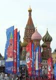 Decoratieve elementen met de symbolen van de Wereldbeker op de brug Feestelijke cityscape van Moskou Royalty-vrije Stock Fotografie