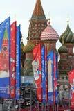 Decoratieve elementen met de symbolen van de Wereldbeker op de brug Feestelijke cityscape van Moskou Stock Foto's