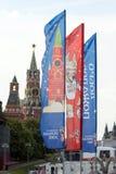 Decoratieve elementen met de symbolen van de Wereldbeker op de brug Feestelijke cityscape van Moskou Royalty-vrije Stock Foto's