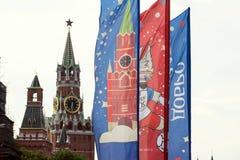 Decoratieve elementen met de symbolen van de Wereldbeker op de brug Feestelijke cityscape van Moskou Royalty-vrije Stock Foto