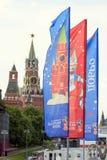 Decoratieve elementen met de symbolen van de Wereldbeker op de brug Feestelijke cityscape van Moskou Stock Afbeeldingen