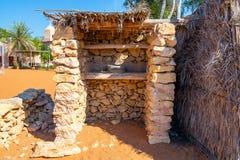 Decoratieve elementen van stedelijke die verbetering in de toevluchtstad - bed van natuurlijke materialen onder een luifel, Erfen stock fotografie