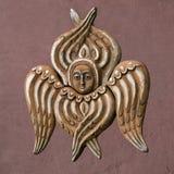 Decoratieve engel op de kastanjebruine muur Stock Foto