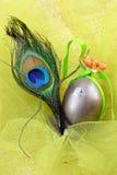 Decoratieve ei en pauwveer Royalty-vrije Stock Afbeelding