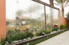 Decoratieve glasfontein en bloemen Royalty-vrije Stock Foto's