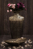Decoratieve Gouden en Bruine Vaas op Bruine Achtergrond Stock Afbeelding