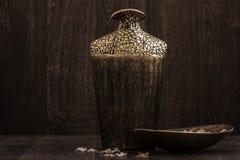 Decoratieve Gouden en Bruine Vaas op Bruine Achtergrond Royalty-vrije Stock Fotografie