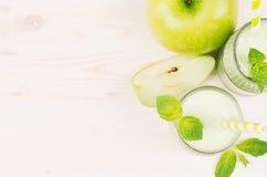Decoratieve grens van groen appelfruit smoothie in glaskruiken met stro, muntbladeren, besnoeiingsappelen, hoogste mening Royalty-vrije Stock Foto