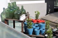 Decoratieve groene flessen Stock Afbeelding