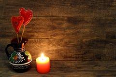 Decoratieve hand - gemaakte harten en brandende kaars Stock Foto's