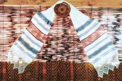Decoratieve handdoek op rieten achtergrond Royalty-vrije Stock Fotografie