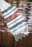 Decoratieve handdoek tegen rieten achtergrond Stock Afbeeldingen
