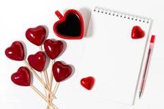 Decoratieve harten op stokken, kop van koffie en blocnote Royalty-vrije Stock Fotografie