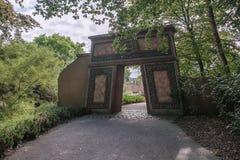 Decoratieve ingangspoort aan de aantrekkelijkheidspiranha bij amusem stock foto