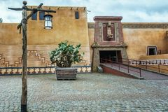 Decoratieve ingangspoort aan de aantrekkelijkheidspiranha bij amusem stock fotografie