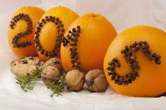 Decoratieve inschrijving 2015 gemaakt van kruidnagels op sinaasappelen Stock Afbeeldingen