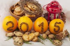 Decoratieve inschrijving 2015 gemaakt van kruidnagels op sinaasappelen op een wit Stock Fotografie