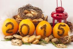 Decoratieve inschrijving 2015 gemaakt van kruidnagels op sinaasappelen op een wit Stock Foto's