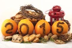 Decoratieve inschrijving 2015 gemaakt van kruidnagels op sinaasappelen op een wit Royalty-vrije Stock Fotografie