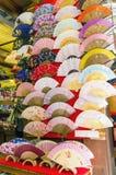 Decoratieve Japanse ventilators voor verkoop in een winkel in Japan stock foto's