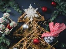 Decoratieve Kerstboom met snuisterijen Stock Foto