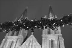 Decoratieve Kerstmis siert snuisterijen op altijdgroene slinger bij de openluchtkerstmismarkten in Praag, Tsjechische republiek Royalty-vrije Stock Foto's