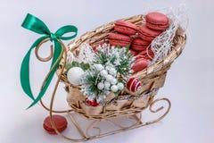 Decoratieve Kerstmis zoete gift met makarons in een gouden ar Stock Foto's