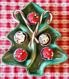 Decoratieve Kerstmisplaat met cupcakes en suikergoedriet Royalty-vrije Stock Afbeeldingen