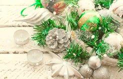 Decoratieve Kerstmissamenstelling met Traditionele elementen van de vakantie royalty-vrije stock afbeeldingen