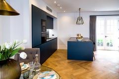 Decoratieve Keuken en Eettafel Royalty-vrije Stock Fotografie