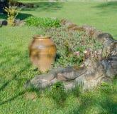Decoratieve kleivazen in tuin Stock Fotografie