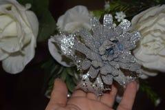 Decoratieve kunstmatige grijze en witte bloemdecoratie op de huwelijksnacht Stock Fotografie