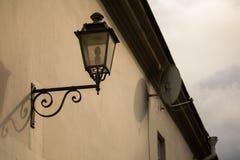 Decoratieve lantaarn op de muur in Uzupis Royalty-vrije Stock Afbeeldingen