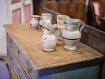 Decoratieve Met de hand gemaakte Porseleinvazen bovenop een Antiek Houten Meubilair stock afbeeldingen