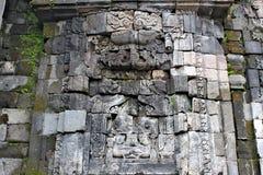 Decoratieve muur met gravures in de Sewu-Tempel stock afbeelding