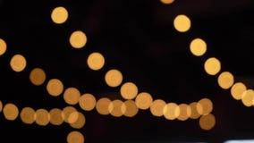 Decoratieve openluchtkoordlichten die in de tuin bij nacht hangen of tijd gelijk maken stock videobeelden