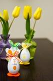 Decoratieve Paaseieren en gele narcissen Royalty-vrije Stock Foto's