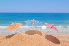 Decoratieve paraplu's op het strand Symbool van vakantie en vakantie Royalty-vrije Stock Afbeeldingen